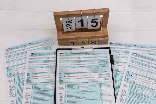 Drewniany kalendarz z formą 1040 na biurku