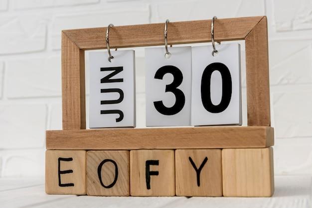 "Drewniany kalendarz z kostkami i napisem ""eofy"""
