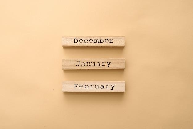 Drewniany kalendarz zimowe miesiące na drewnianych kostek.