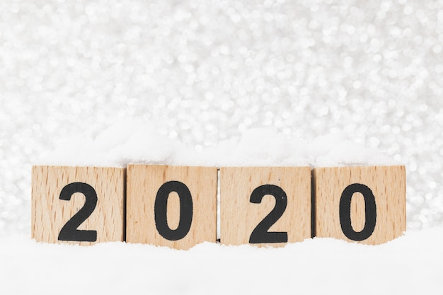 Drewniany klocek liczba 2020 w śniegu