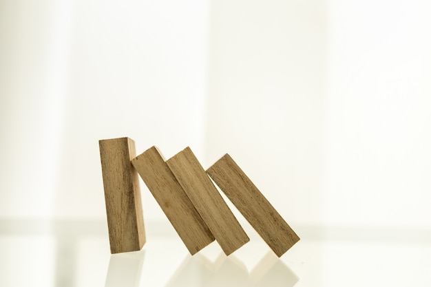 Drewniany klocek stojący i upadek upadku w kolejce