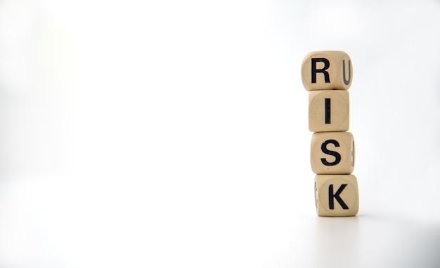 """Drewniany klocek z napisem """"ryzyko"""". zarządzanie ryzykiem koncepcji"""
