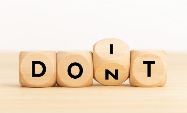 """Drewniany klocek z tekstem """"zrób to i nie"""""""
