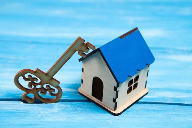 Drewniany klucz i domek na stole