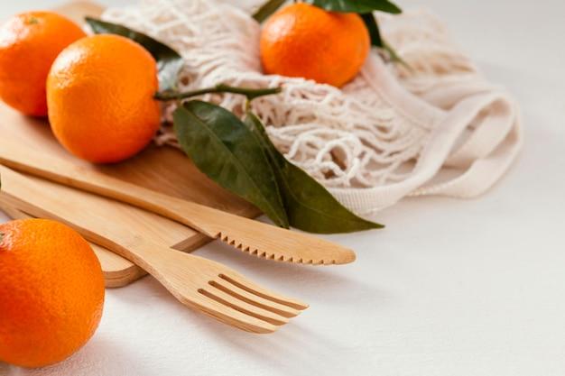 Drewniany komplet sztućców i mandarynki