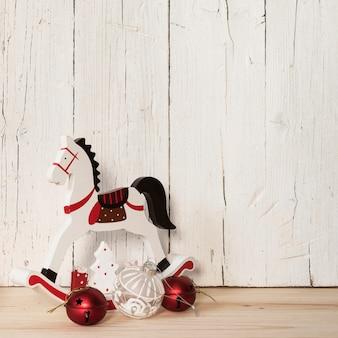Drewniany koń z ornamentami z pustą przestrzenią dla teksta