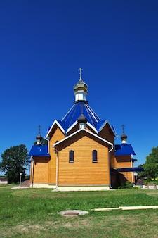 Drewniany kościół we wsi kamenyuki na białorusi