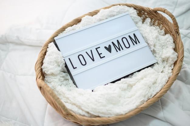 Drewniany kosz z tkaniny i mama znak miłości