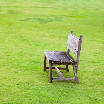 Drewniany krzesło na zielonej trawie out drzwi