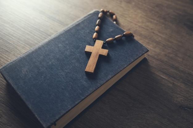 Drewniany krzyż na biblii na stole