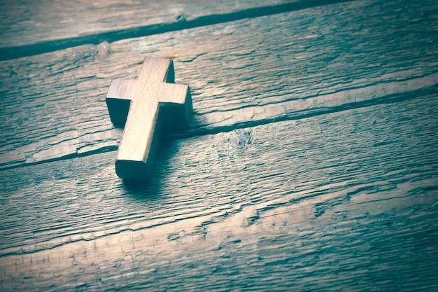 Drewniany krzyż na tle drewnianego stołu