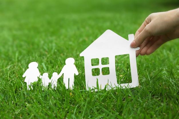 Drewniany kształt rodziny na zielonej trawie