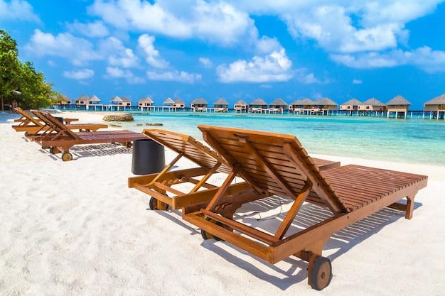 Drewniany leżak na tropikalnej plaży na malediwach