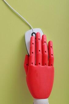 Drewniany manekin ręka na myszy komputerowej
