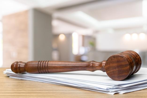 Drewniany młoteczek na stołu zakończeniu up. koncepcja sprawiedliwości