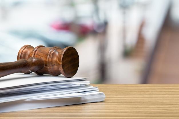 Drewniany młoteczek na stołu zakończeniu up. sprawiedliwość