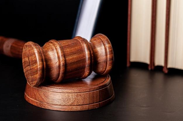 Drewniany młotek i książki prawne z bliska