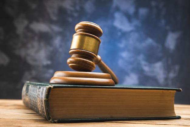 Drewniany młotek na książki prawa na drewnianym stole