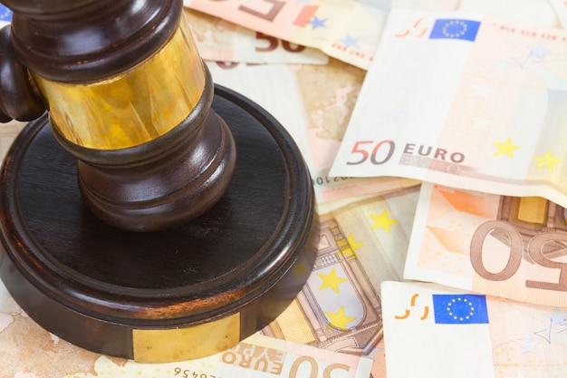 Drewniany młotek prawniczy i pieniądze euro z bliska
