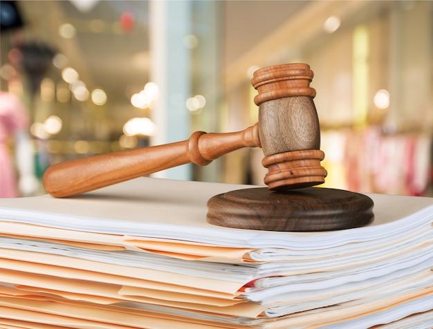 Drewniany młotek sędzia z copyspace na tle. koncepcja sprawiedliwości i prawa