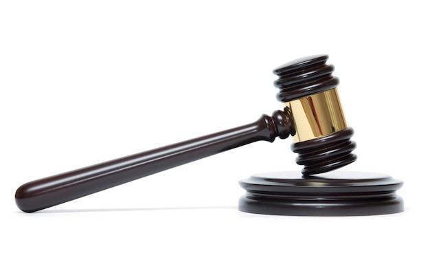 Drewniany młotek sędziego i pudła rezonansowego na białym tle