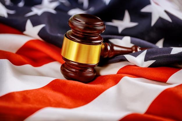 Drewniany młotek sędziego na amerykańskiej fladze prawo sprawiedliwości