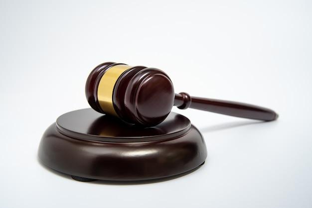 Drewniany młotek sędziego na białym tle