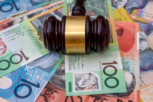 Drewniany młotek sędziego na kolorowych dolarach australijskich
