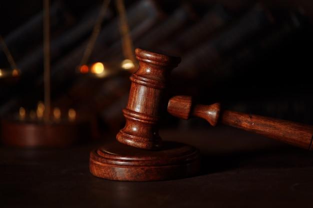 Drewniany młotek sędziego zbliżenie
