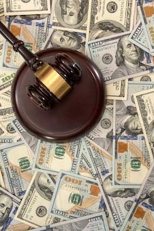 Drewniany młotek sędziowski i dolar, prawny system sądowy