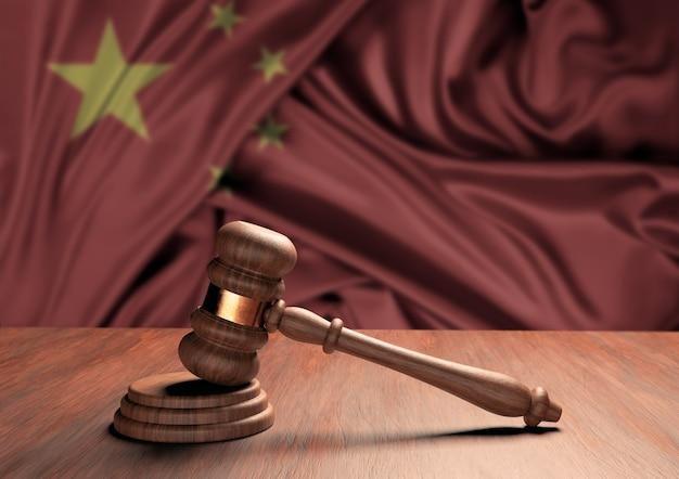 Drewniany młotek sędziowski symbol prawa i sprawiedliwości z flagą chin. sąd najwyższy. renderowanie 3d