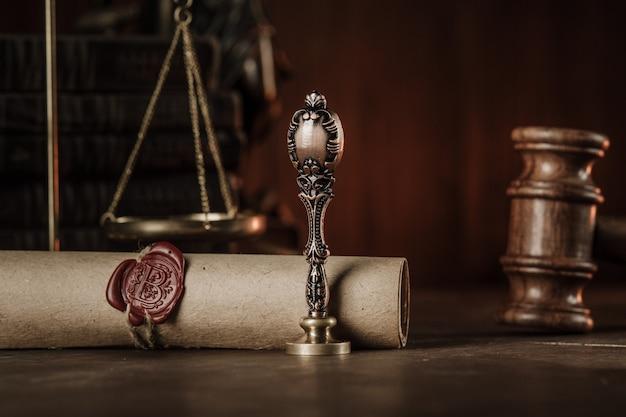 Drewniany młotek, vintage znaczek z ostatniej woli na drewnianym stole z bliska