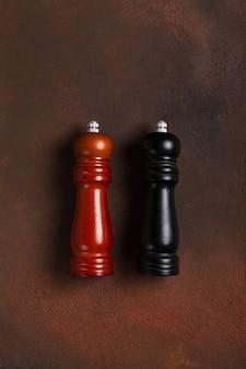 Drewniany młynek do pieprzu i solniczka na ciemnym stole