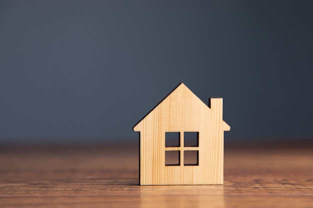 Drewniany model domu na stole.