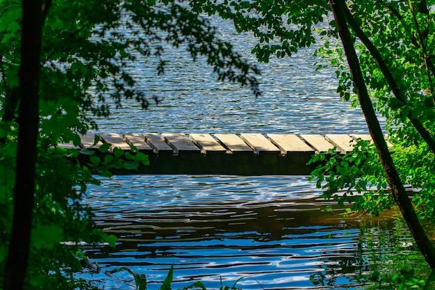 Drewniany most krzyżowy creek z bliska.