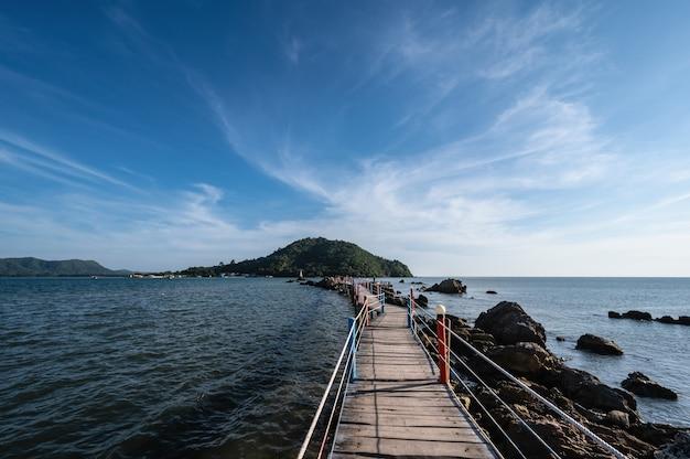 Drewniany most na oceanie z pięknym pejzażem morskim w punkcie widokowym jaedee klang nam baan hua laem chanthaburi w tajlandii.
