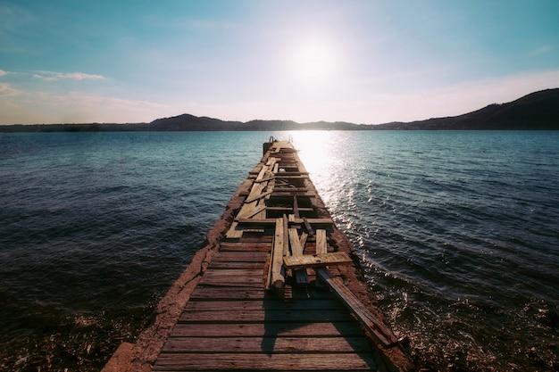 Drewniany most na plaży morze w popołudniowym lata niebie
