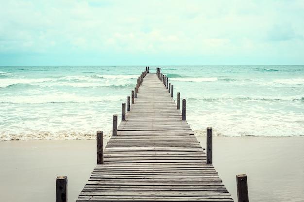 Drewniany most nad morzem. podróże i wakacje. koncepcja wolności. kood wyspa przy trad prowincją, tajlandzką