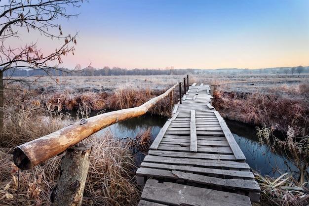 Drewniany most nad rzeką