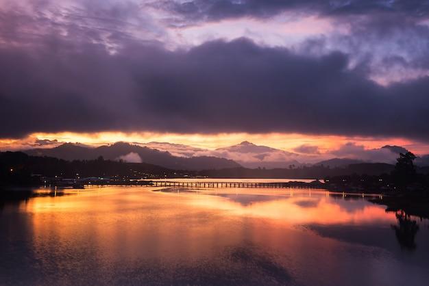 Drewniany most o zmierzchu