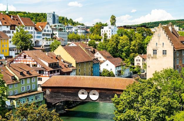 Drewniany most przez rzekę limmat w baden - aargau, szwajcaria
