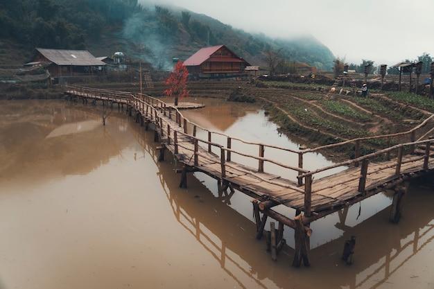 Drewniany most w cat village, sa pa, wietnam. tradycyjna wioska na północy wietnamu.