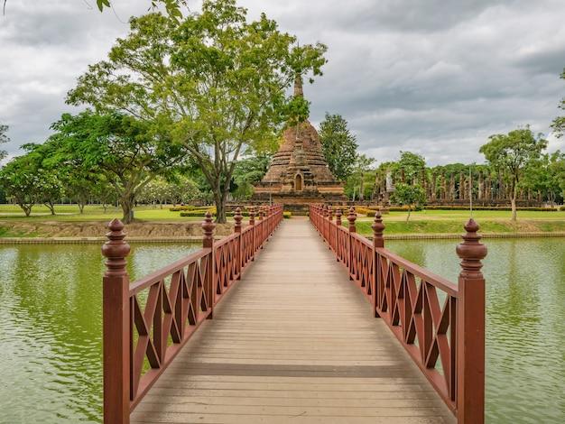 Drewniany most w historycznym parku sukhothai