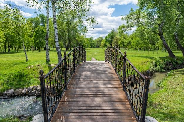 Drewniany most z metalowymi balustradami