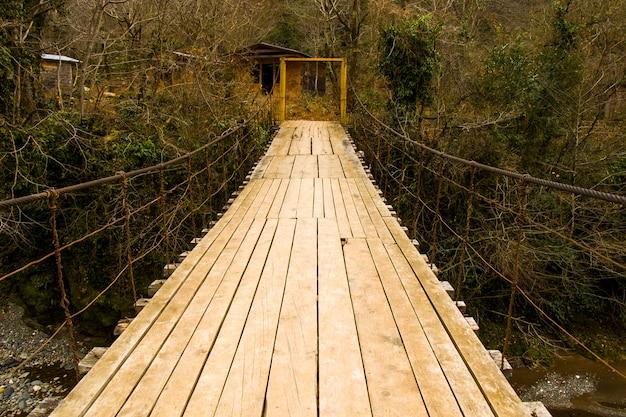 Drewniany most, zimowa przyroda i duży most w gruzji