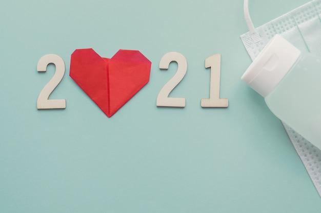 Drewniany numer 2021 z czerwonym papierem w kształcie serca