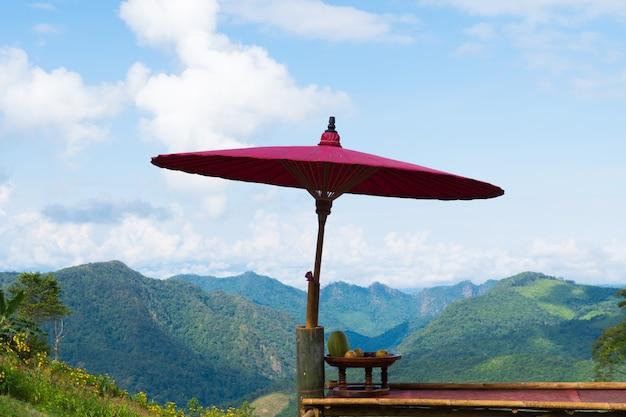 Drewniany parasol na balkonie