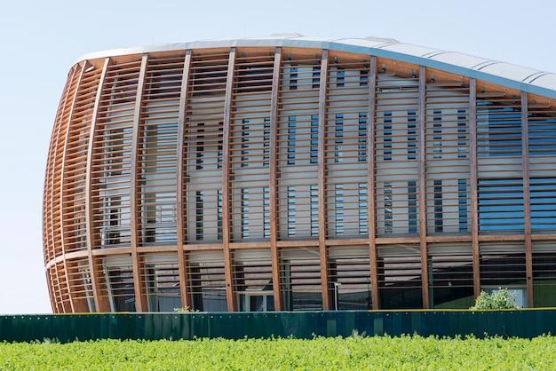 Drewniany pawilon na nowoczesnym włoskim budynku