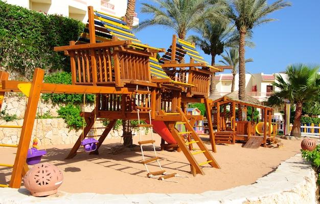 Drewniany plac zabaw dla dzieci w hotelowym resorcie w egipcie, sharm el sheikh, synaj
