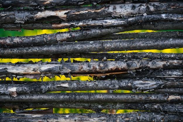 Drewniany pleciony płotowy tło. stary wiejski żywopłot z drewna